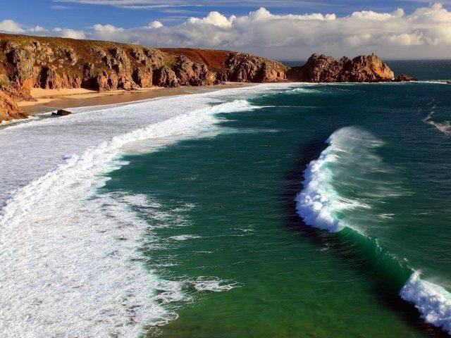 Красивые океанские волны под сине-белым облачным небом природа