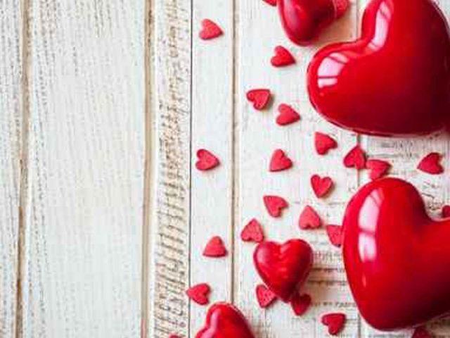 Красные сердца на деревянной доске аннотация