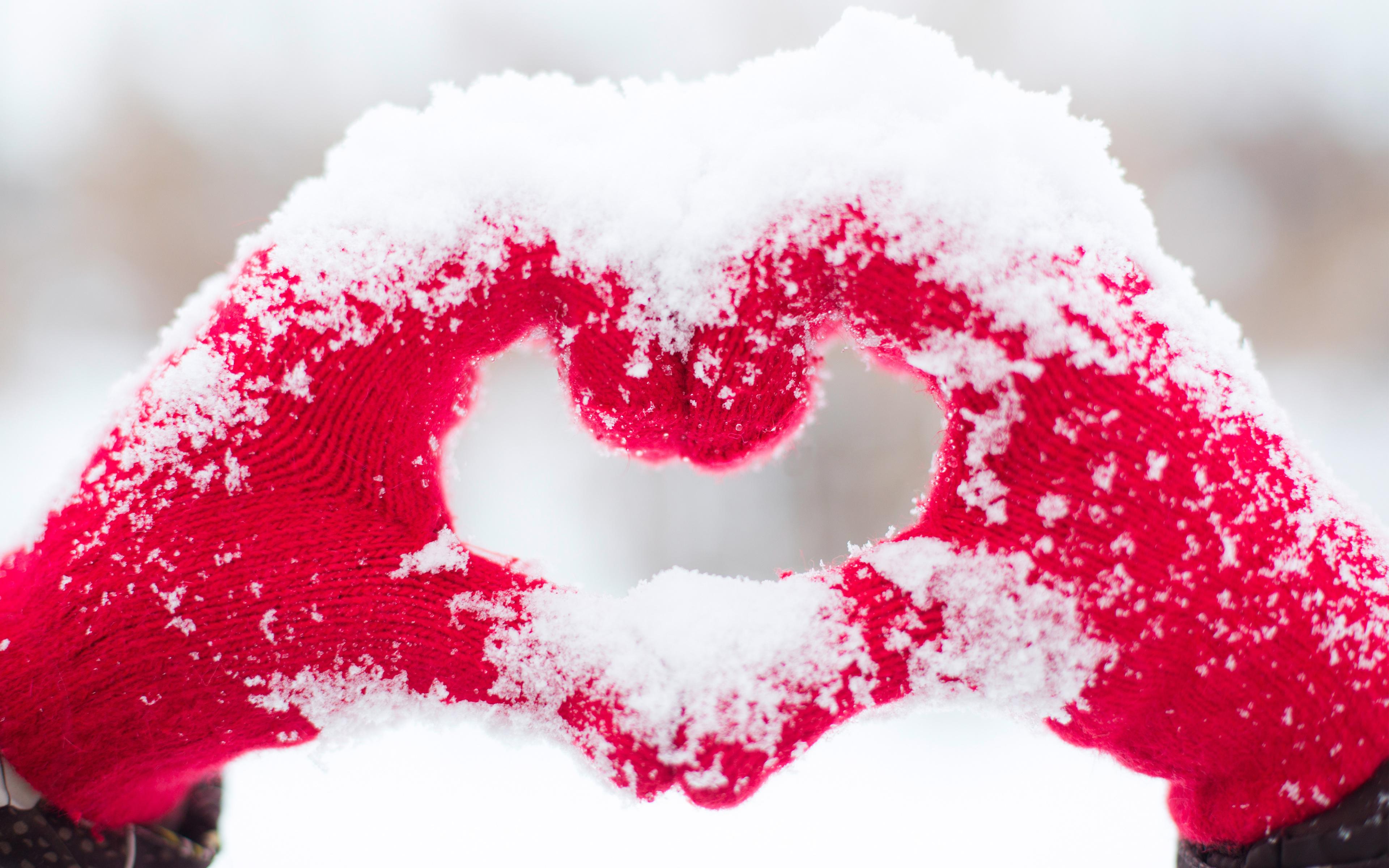 Love heart snow hands. обои скачать