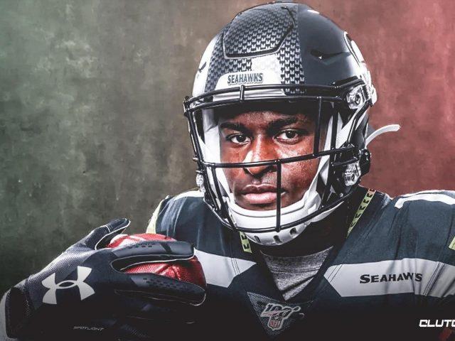 Меткалф держит мяч в черном спортивном платье и шлеме dk metcalf