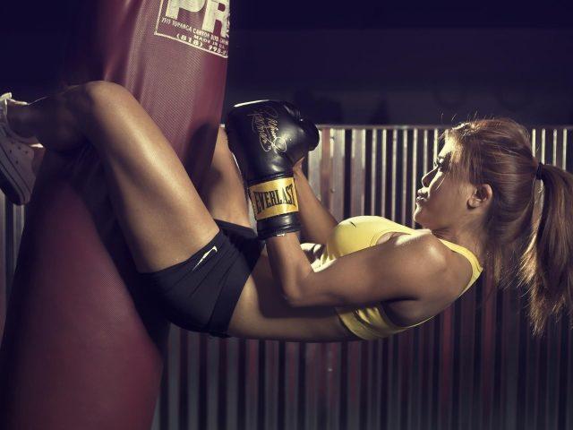 Бокс девушка на бордовом боксерском мешке в желто черном платье бокс