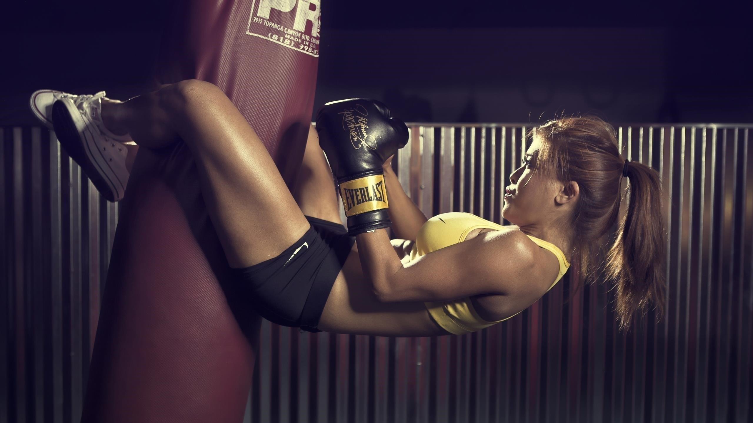 Бокс девушка на бордовом боксерском мешке в желто черном платье бокс обои скачать