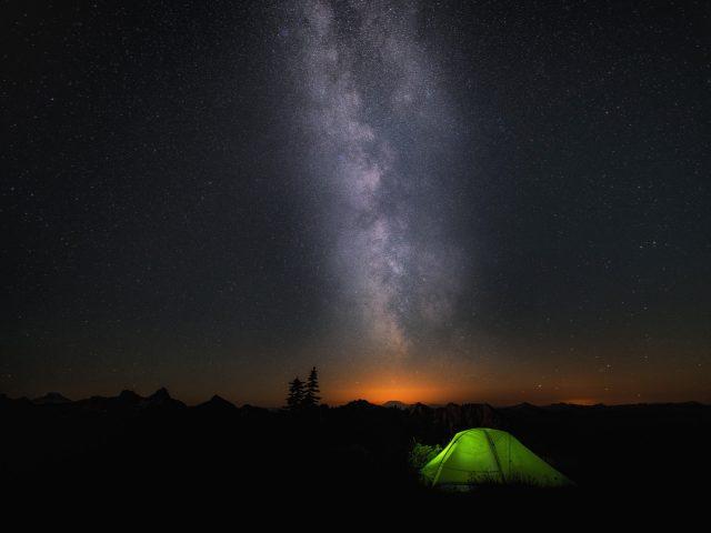 Ночью лагерь небе звезды.