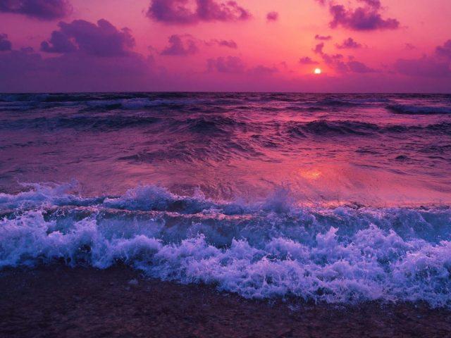 Фиолетовое облачное небо над океанскими волнами во время заката природа