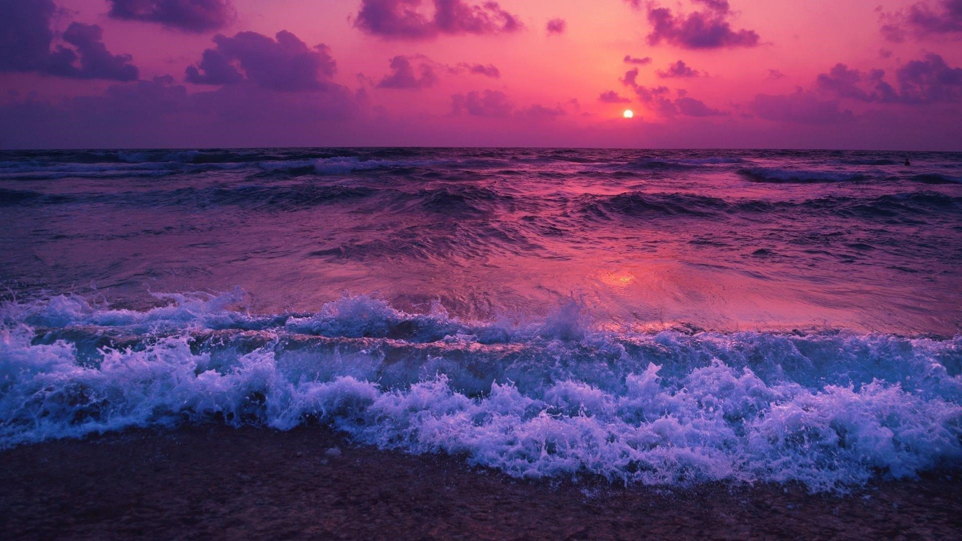 Фиолетовое облачное небо над океанскими волнами во время заката природа обои скачать
