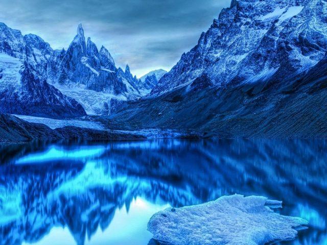 Снег ледяные горы отражение на озере природа
