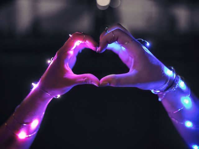 Любовь сердце привело руки