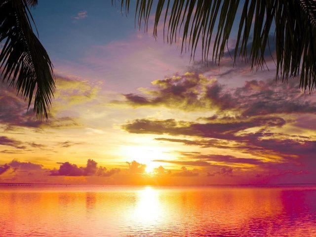 Закат на водоеме под красочным облачным небом закат