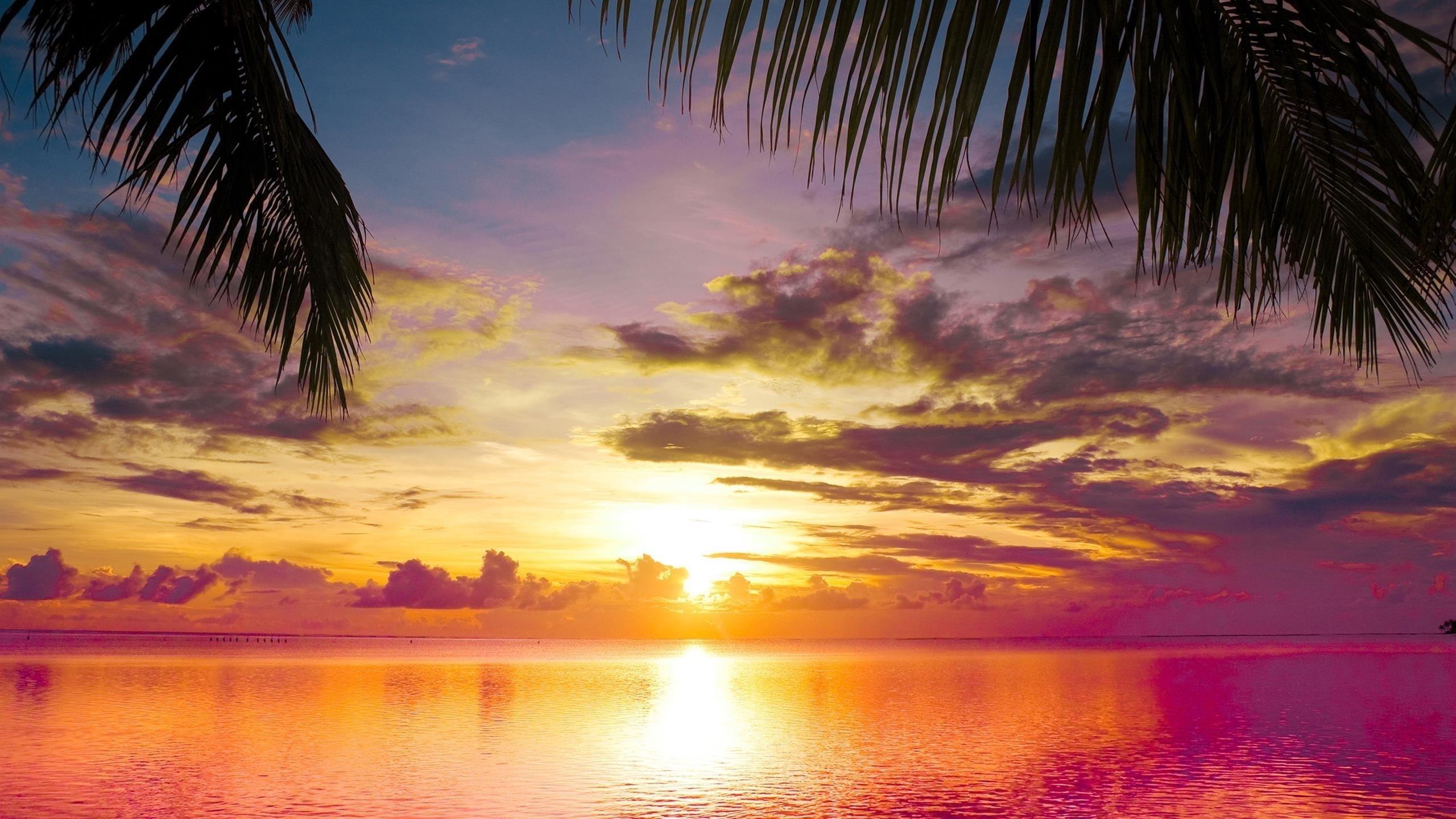 Закат на водоеме под красочным облачным небом закат обои скачать