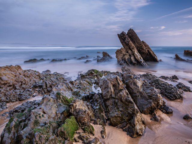 Пляж скалы небо