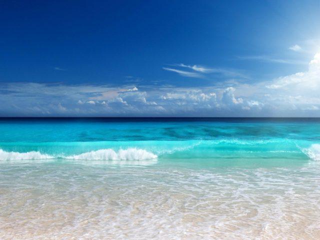 Красивые пляжные пейзажи волны под голубым небом природа