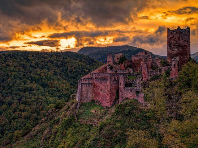 Покрытая зеленью Гора между рукотворным замком и природой