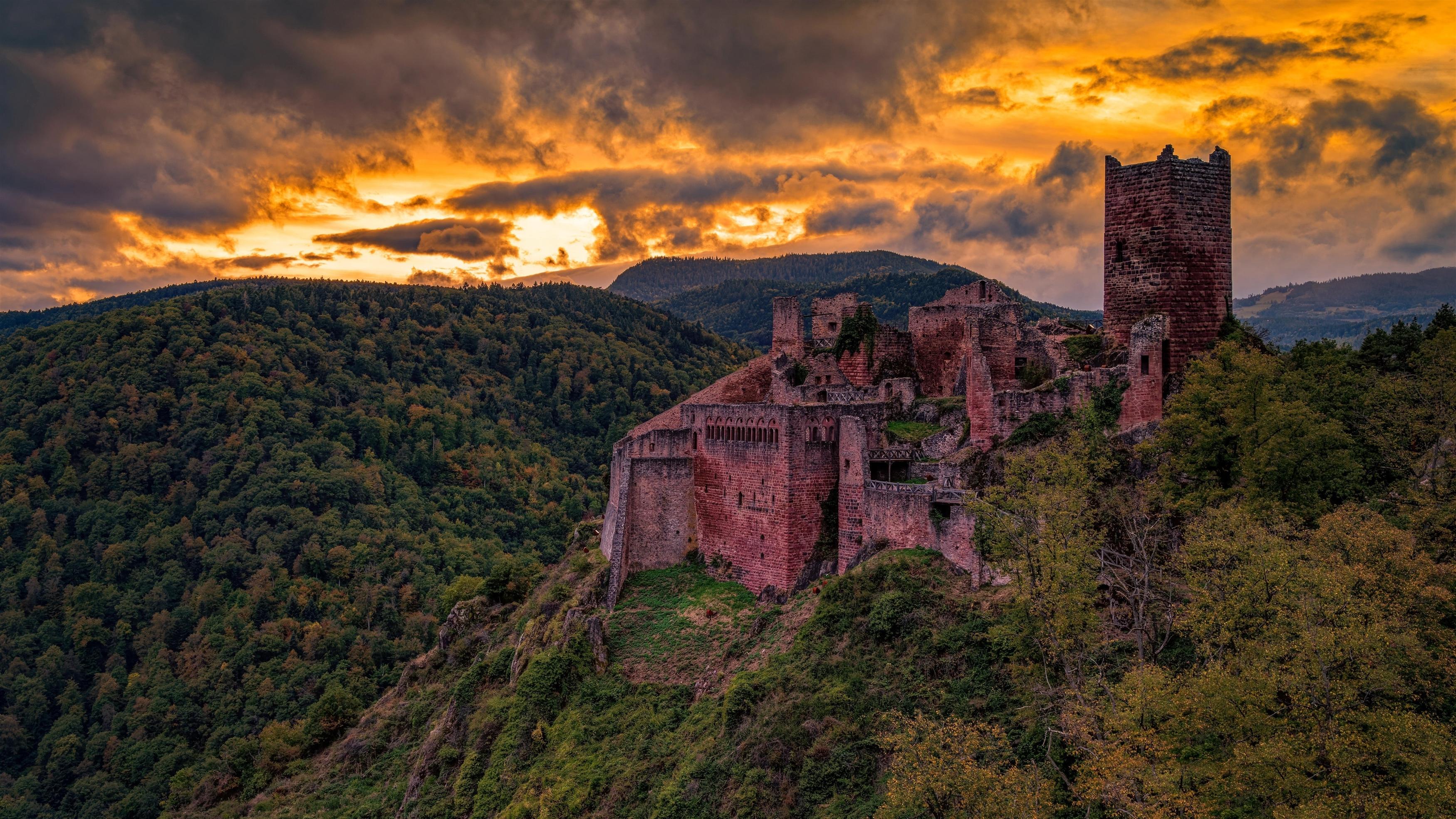 Покрытая зеленью Гора между рукотворным замком и природой обои скачать