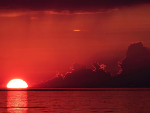 Солнце садится на озеро с отражением в природе Онтарио