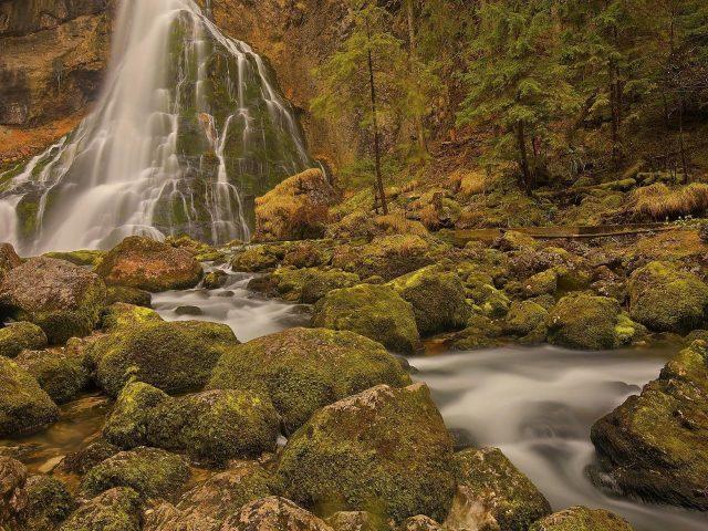 Водопады на скале камень Австрия природа