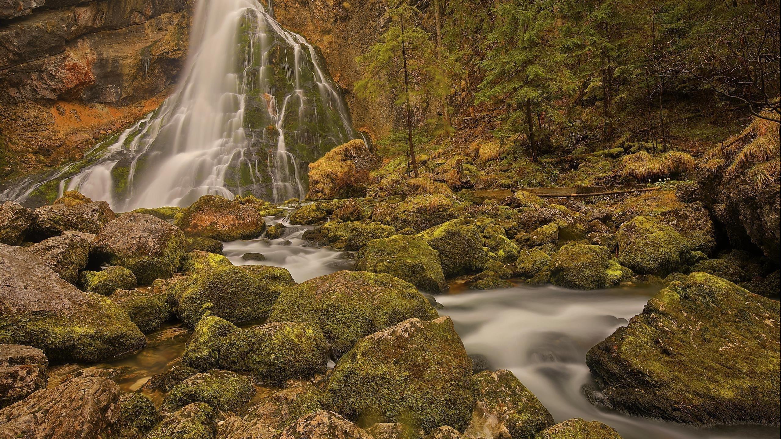 Водопады на скале камень Австрия природа обои скачать