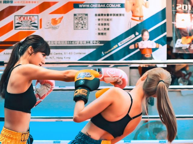 Две девушки дерутся на боксерском поле бокс