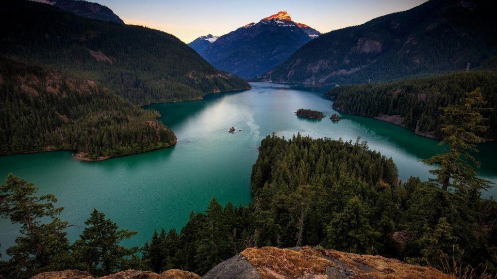 Спокойный водоем между горами природа обои скачать