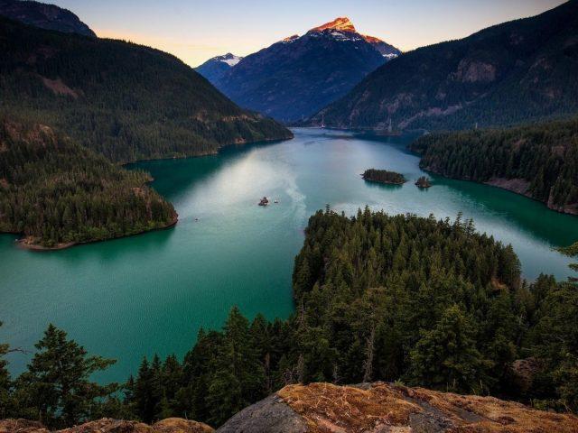 Спокойный водоем между горами природа