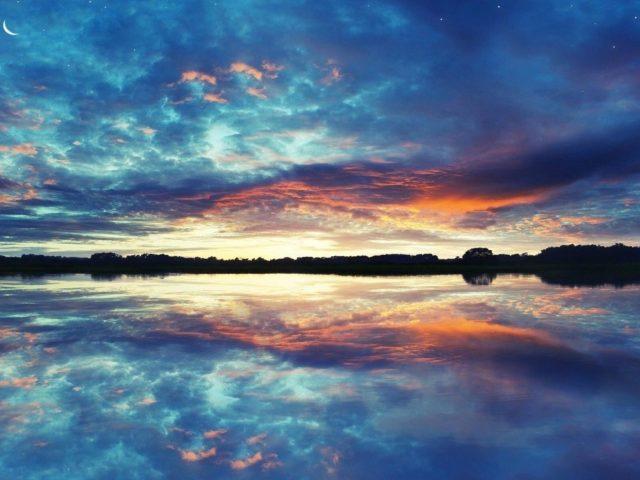 Пейзаж Вид на красивое звездно лунное небо над спокойным водоемом природа