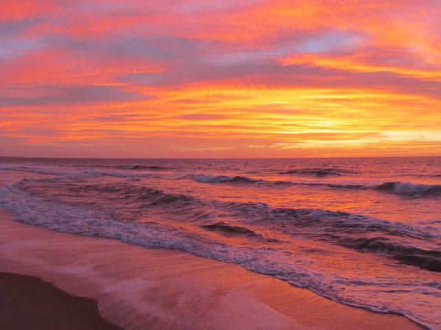 Красивый закат с красочными облаками под морской природой