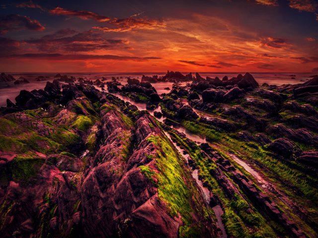 Скалистый берег на закате.