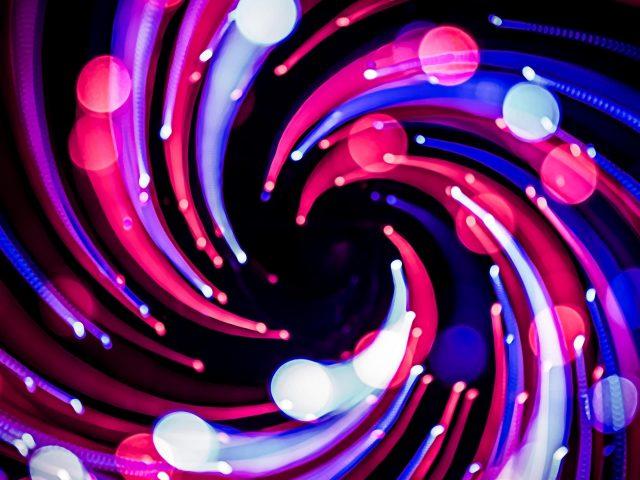 Красочные огни боке спиральный узор с длительной экспозицией черный фон абстрактный
