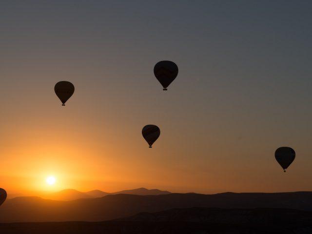Воздушные шары на закате.