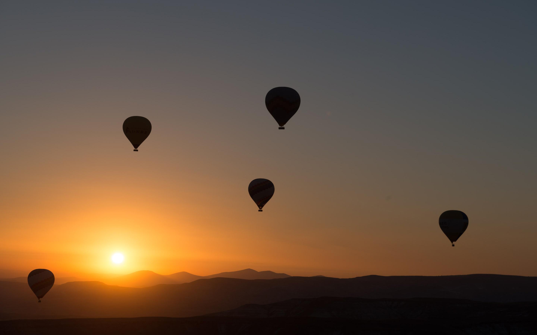 Воздушные шары на закате. обои скачать