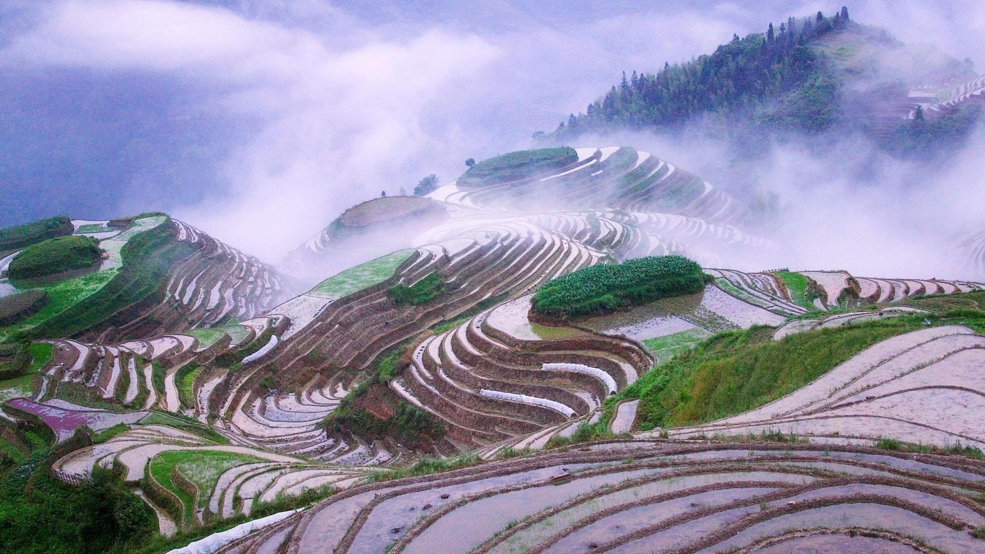 Прекрасный вид на дорогу покрытую туманом и пейзажный вид на горы под небом природа обои скачать