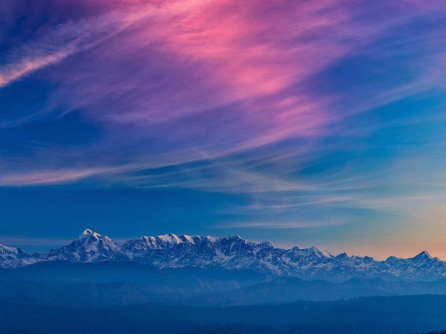 Белая заснеженная гора с красочным послесвечением природы