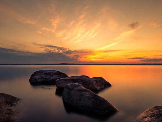 Летние сумерки скалы между озерами во время заката природа
