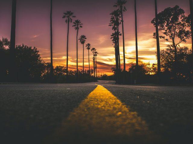 Дорога в городе во время заката солнца