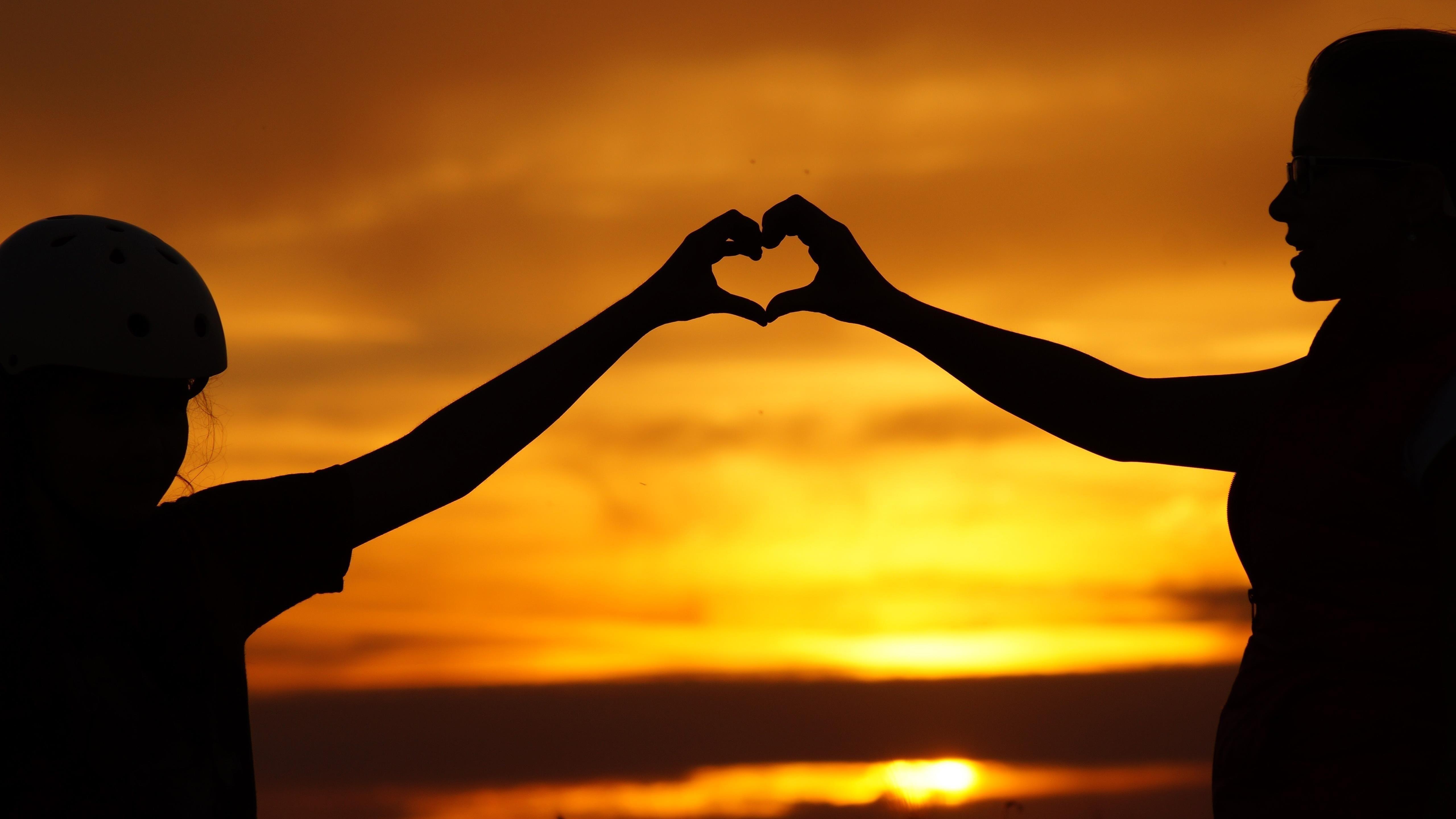 Любовь сердце с парой рук силуэт обои скачать