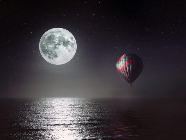 Луна море ночь горячий воздушный шар