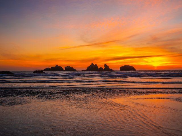 Силуэтное фото водоема фон гор во время заката природа