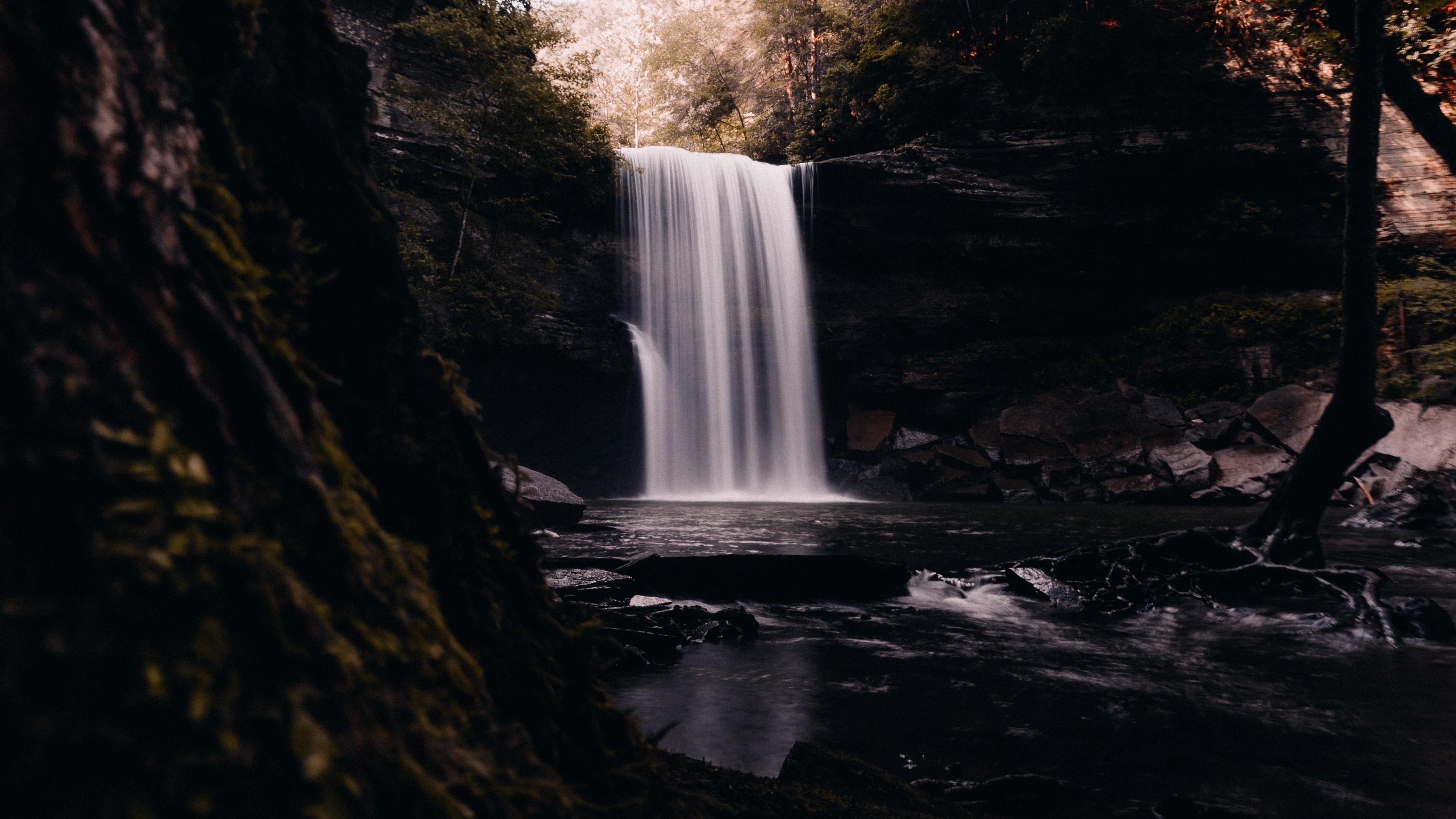 Водопад в лесу обои скачать