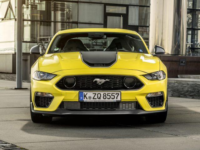 Желтый ford mustang mach 1 2021 2 машины