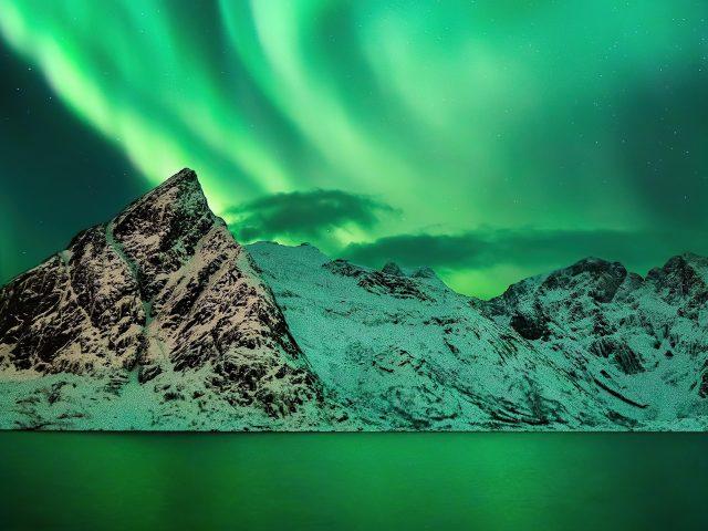 Красочное небо полярное сияние заснеженные горы природа