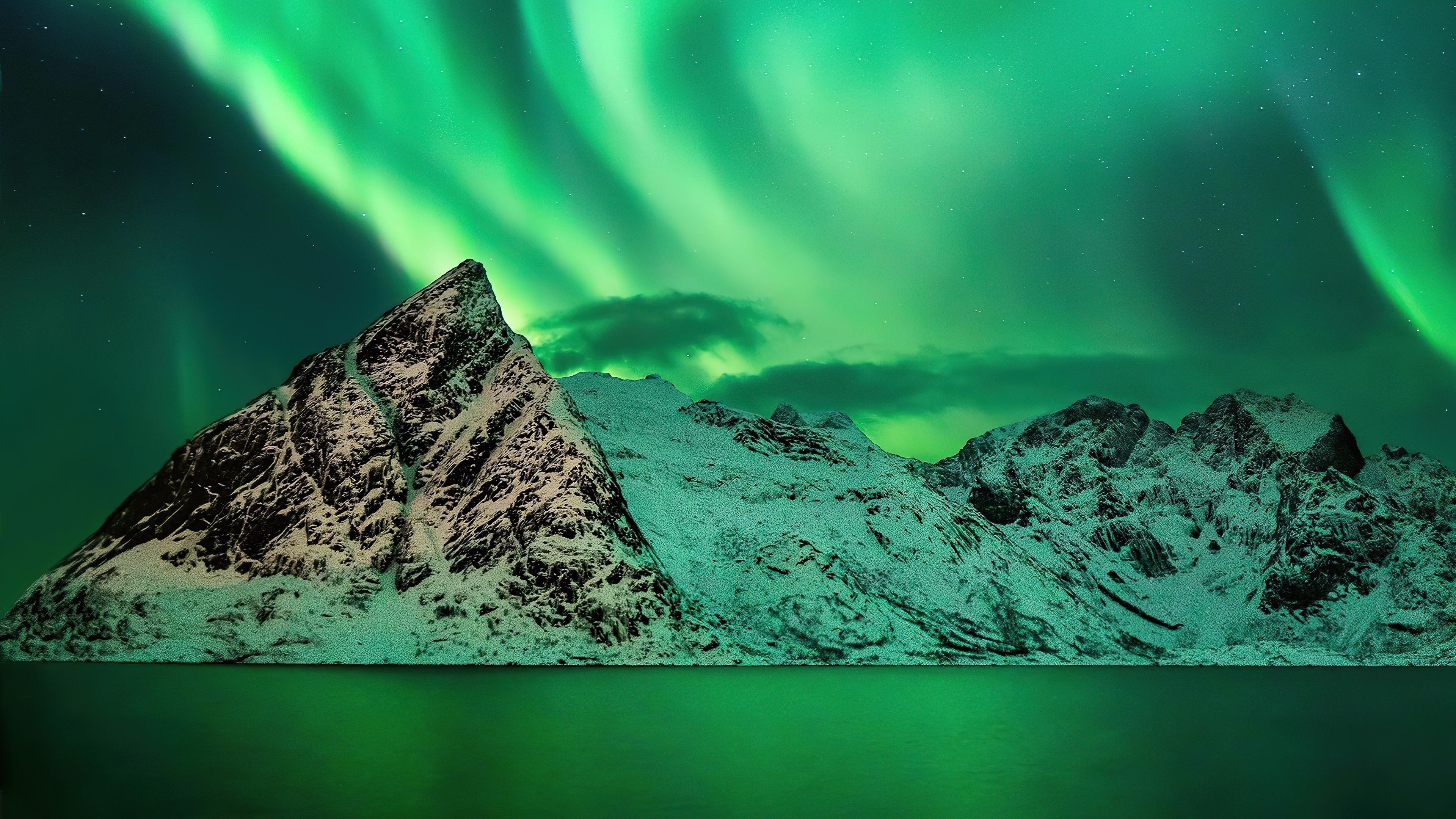 Красочное небо полярное сияние заснеженные горы природа обои скачать