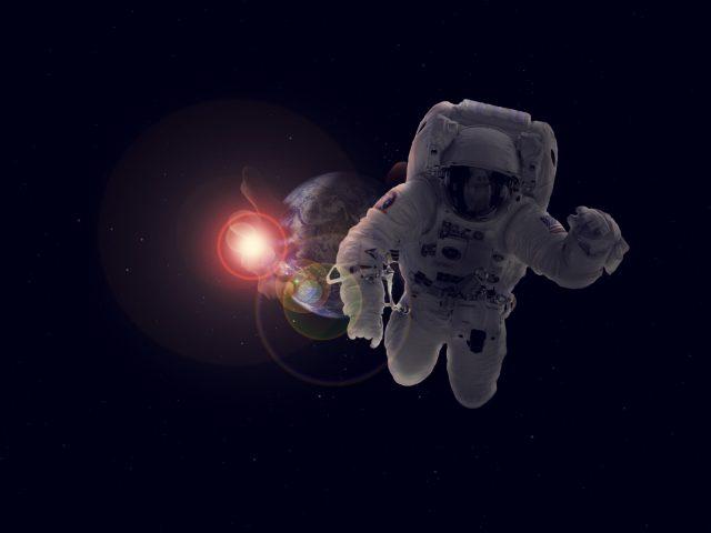 Астронавт в космосе
