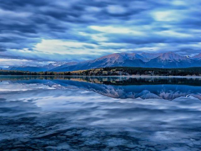 Пейзажный вид на Альберту Канада Национальный парк Джаспер гора пирамида озеро с отражением природы