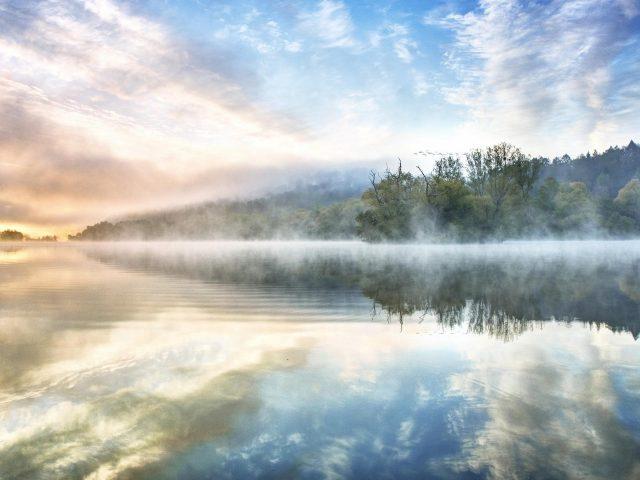 Лесной пейзаж и река на фоне облаков и голубого неба природа