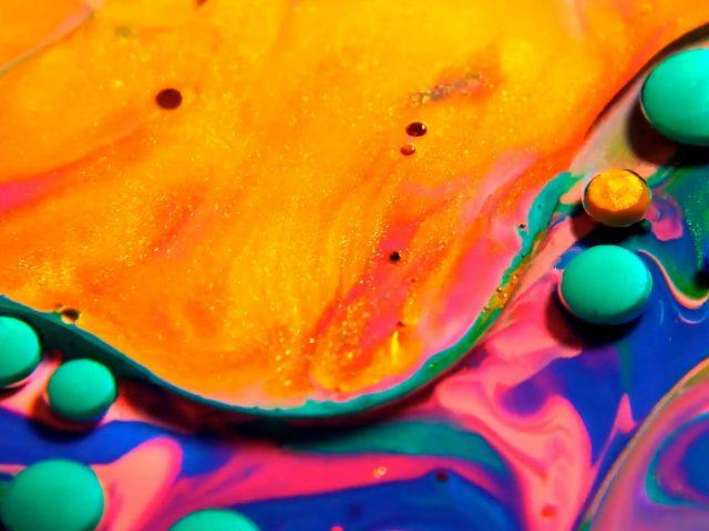 Желтые синие розовые краски жидкие капли абстрактные