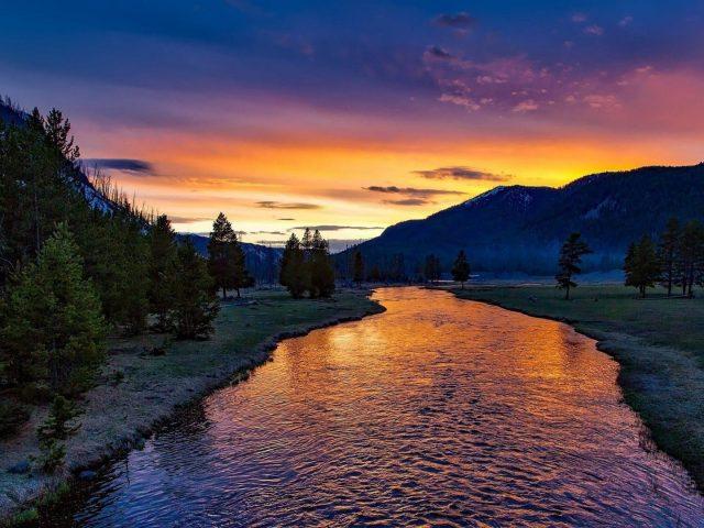 Река закат сумерки сумерки небо зеленая трава поле горы фон природа