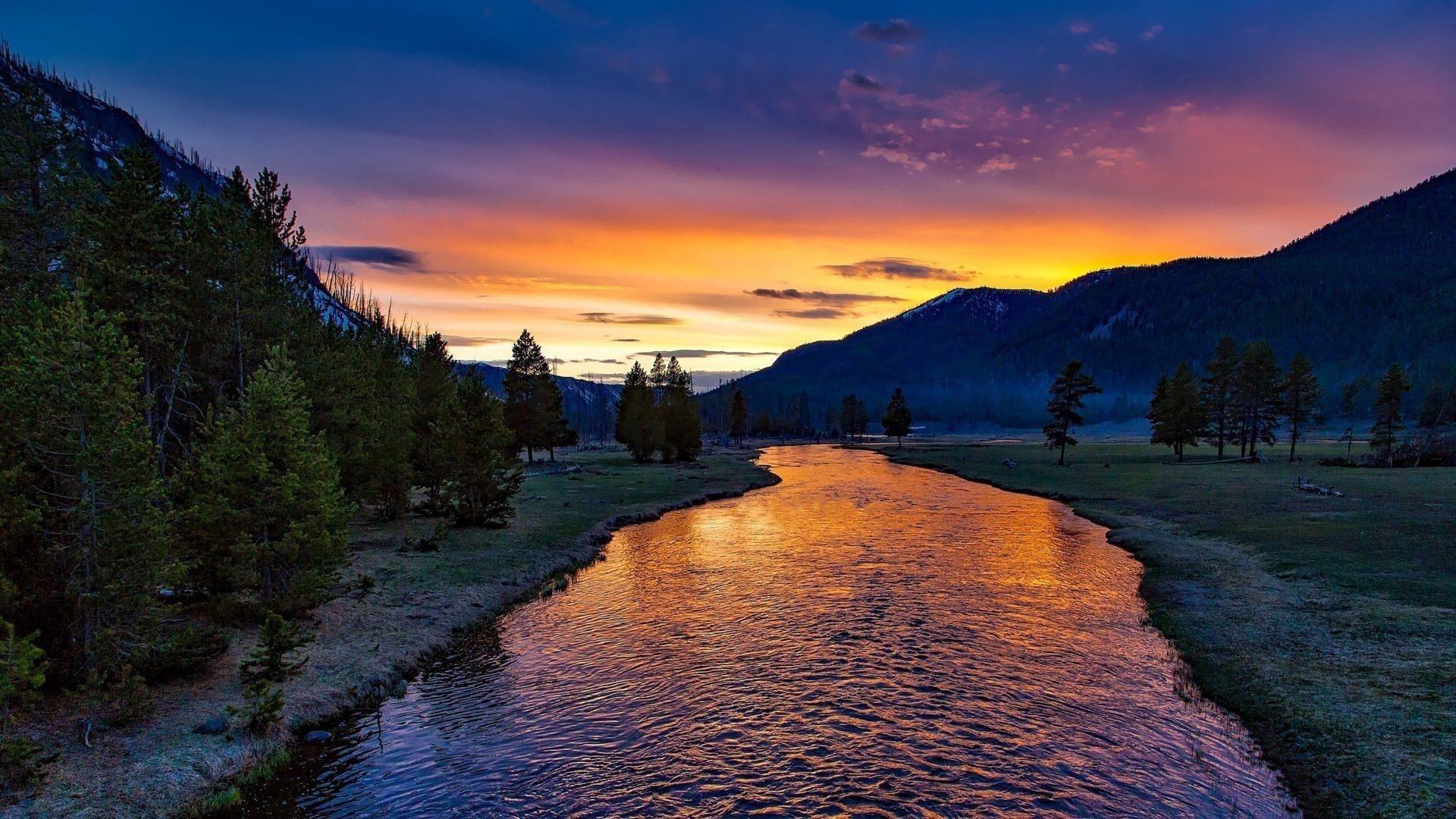 Река закат сумерки сумерки небо зеленая трава поле горы фон природа обои скачать