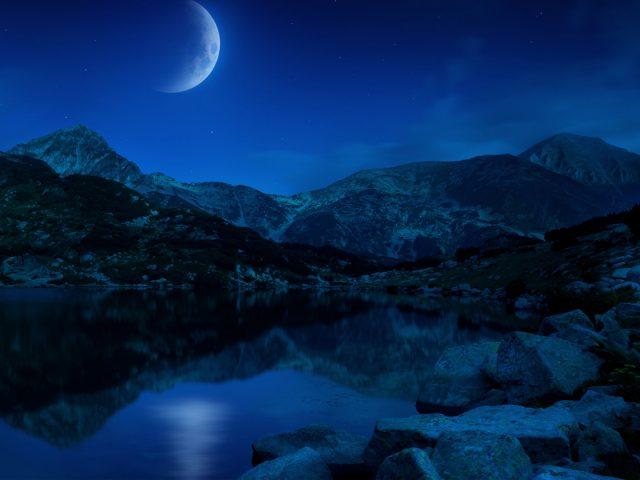 Ночь половины Луны горы озеро Болгарии.