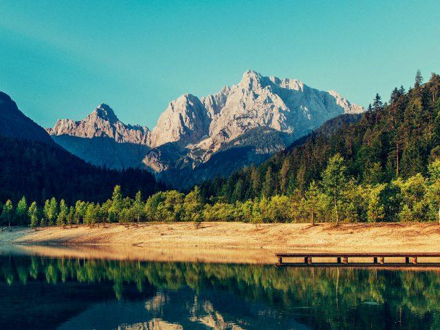 Горы озеро пик река небо.