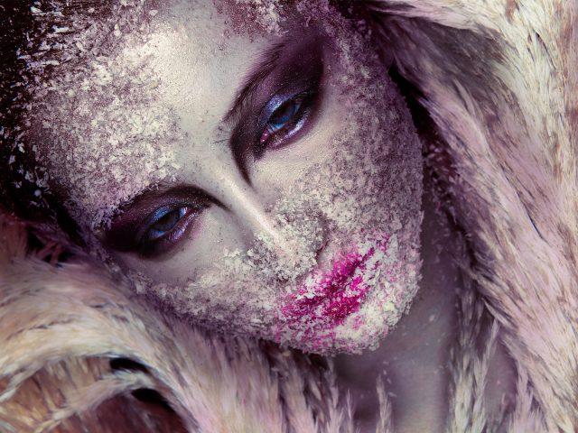Красивая девушка макияж фейс-арт.