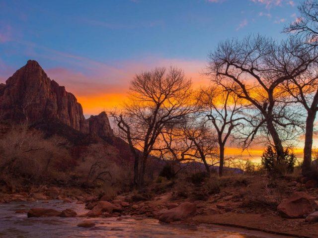 США Национальный парк Сион скалистая гора на фоне голубого неба во время заката природа